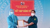 Đồng chí Lê Phú Cường, Bí thư Đảng ủy phường 13, quận Phú Nhuận trao quyết định kết nạp đảng cho đồng chí Vũ Nguyễn Hoàng Dũng