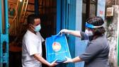 Phó Trưởng đoàn Đại biểu Quốc hội TPHCM Văn Thị Bạch Tuyết tặng túi an sinh xã hội cho công nhân xa quê tại phường 8, quận 4