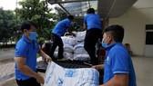 Cán bộ công đoàn mang thực phẩm đến công nhân lao động khó khăn