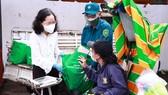 Đồng chí Thái Thị Bích Liên tặng quà và thăm hỏi tình hình đời sống của chị Trần Thị Mộng Tuyền