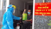 Đội Đồng hành cùng F0 khỏi bệnh đến từng nhà F0 tặng thuốc, thăm khám, tư vấn sức khỏe