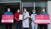 """Chương trình """"Tiếp sức Việt Nam"""" trao tặng máy thở và thiết bị y tế tại TPHCM"""