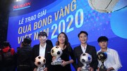 Huỳnh Như cùng các cầu thủ nữ đoạt giải năm 2020. Ảnh: Dũng Phương