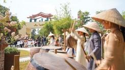 Travelers visit  Mot Thoang Viet Nam  Tourist Area on January 16.  (Photo: SGGP)