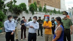 Chairman of the HCMC People's Committee Nguyen Thanh Phong inspects a blue zone in the C13 alley on Ton Dan Street in District 4. (Photo: SGGP)