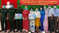 Bà Trần Thị Hồng trao tặng 300 triệu đồng cho cán bộ, chiến sĩ có thành tích xuất sắc trong công tác phòng, chống dịch Covid -19 trên địa bàn TP Phú Quốc. ẢNH: HOÀNG DUNG