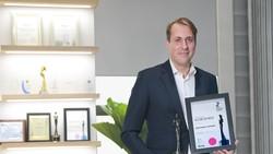 """Ông Paul Verhulst, Tổng Giám đốc Medtronic Indochina nhận chứng nhận vinh danh """"Nơi làm việc tốt nhất châu Á 2021"""""""