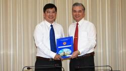 Phó Chủ tịch UBND TPHCM Ngô Minh Châu trao quyết định của UBND TPHCM cho ông Phan Thanh Tùng. Ảnh: DŨNG PHƯƠNG