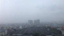 Nhiều khu vực trên địa bàn TPHCM xảy ra mưa vừa, kèm theo với gió giật mạnh trong chiều 12-4