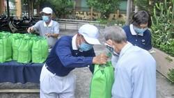慈善組織向被社會隔離人家贈送禮物。