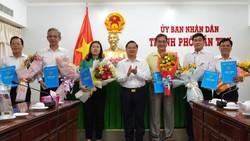 Ông Trần Việt Trường, Chủ tịch UBND TP Cần Thơ (giữa) trao quyết định điều động, bổ nhiệm cho các cán bộ