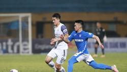 Than Quảng Ninh (phải) bất ngờ thua đậm CLB Hà Nội ở vòng đấu thứ 9. ẢNH: MINH HOÀNG