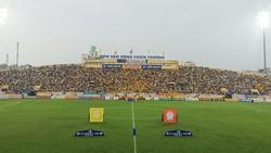 Sân Thiên Trường lại thiết lập kỷ lục về khán giả ở vòng 10. Ảnh: MINH HOÀNG