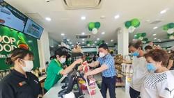 Khách mua hàng  tại Co.op Food Nguyễn Thái Học Premium