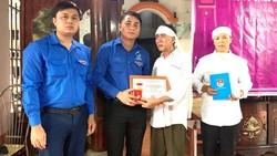 Trung ương Đoàn TNCS Hồ Chí Minh truy tặng Huy hiệu Tuổi trẻ dũng cảm cho sinh viên Nguyễn Văn Nhã. Ảnh: ĐT
