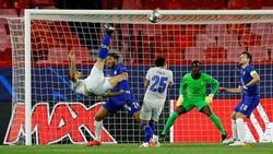 """Mehdi Taremi với cú """"xe đạp chổng ngược"""" xuất sắc vào lưới Chelsea."""
