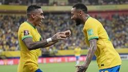 Raphinha (trái) và Neymar tỏa sáng để giúp Brazil thắng lớn.