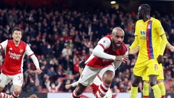 Alexandre Lacazette ghi bàn giúp Arsenal cầm hòa phút cuối.