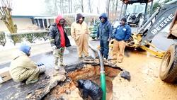 Thợ sửa ống nước đang kiểm tra 1 đường ống dẫn nước bị hỏng. Ảnh: THE ENTERPRISE-JOURNAL