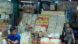 Tổ yến được bán tràn lan tại chợ Bình Tây, quận 6, TPHCM. Ảnh:  HÂN GIA