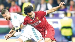 Real Madrid (trái) khiến Liverpool lu mờ  trong trận tứ kết lượt đi