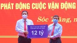 Ông Lê văn Khanh, Chủ tịch Công ty XSKT Sóc Trăng (phải) trao 12 tỷ đồng hỗ trợ xây dựng nhà ở cho hộ nghèo