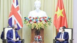 Chủ tịch nước Nguyễn Xuân Phúc tiếp Bộ trưởng Dominic Raab.  Ảnh: QUANG PHÚC