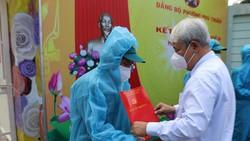 Bí thư Quận ủy quận 7 Võ Khắc Thái trao quyết định kết nạp Đảng cho đảng viên mới tại điểm cách ly  ở Trường Mầm non Phú Thuận. Ảnh: GIA BẢO
