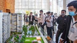 Người mua nhà và khách hàng đầu tư xem nhà mẫu  của những dự án mới. Ảnh: HOÀNG HÙNG