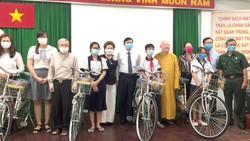 Chị Đặng Thị Minh Nguyệt (thứ tư, từ trái sang) tặng phương tiện đi học  cho học sinh, sinh viên hoàn cảnh khó khăn