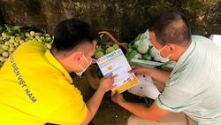 Nhân viên Vietnam Post hướng dẫn bà con nông dân  quy trình đưa sản phẩm lên sàn TMĐT