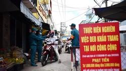Người dân được đo thân nhiệt trước khi vào mua sắm tại chợ Nguyễn Đình Chiểu, Q.Phú Nhuận, TPHCM. Ảnh: NGỌC PHƯỢNG