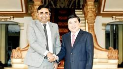 Chủ tịch UBND TPHCM Nguyễn Thành Phong tiếp Tổng lãnh sự Ấn Độ Madan Mohan Sethi. Ảnh: VIỆT DŨNG