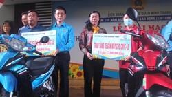 Người lao động nhận phương tiện đi lại do LĐLĐ quận Bình Thạnh trao tặng