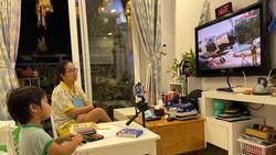 """Chị Ngọc Quỳnh (quận 7) và con trai đang """"tham quan"""" bảo tàng qua mạng. Ảnh: HOÀNG HÙNG"""