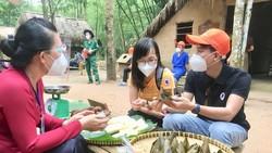 Du khách TPHCM tham quan khu tái hiện vùng giải phóng ở Củ Chi trưa 13-10