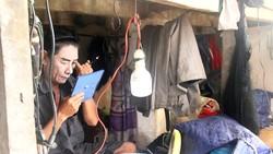 Nghệ sĩ Tấn Lộc hóa trang trước giờ lên sân khấu