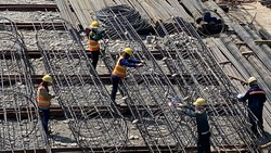 Làm cột thép xây dựng một công trình cao ốc tại quận 7, TPHCM. Ảnh: CAO THĂNG