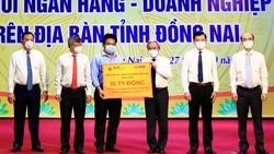 Đại diện Tập đoàn T&T Group và Ngân hàng SHB trao tặng Quỹ phòng, chống dịch Covid-19 tỉnh Đồng Nai 10 tỷ đồng
