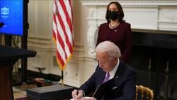 Tổng thống Mỹ Joe Biden ký sắc lệnh hành pháp tại Nhà Trắng ở Washington, DC, ngày 21-1-2021. Ảnh: AFP/TTXVN