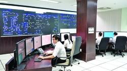 Nhân viên trực 24/24 để theo dõi tình hình vận hành toàn bộ hệ thống điện của EVN SPC tại trung tâm điều hành SDACA
