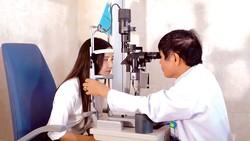 BS CKII Trần Văn Kết đang khám mắt cho bệnh nhân.