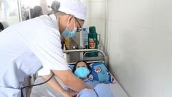 Bác sĩ chăm sóc cho bệnh nhân sau khi điều trị thành công.