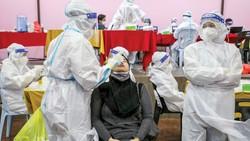Nhân viên y tế lấy mẫu xét nghiệm Covid-19 cho người dân tại Jakarta, Indonesia. Ảnh: AFP