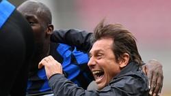 HLV Antonio Conte ăn mừng chiến thắng cùng tiền đạo Lukaku