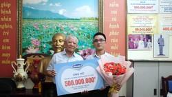 Đại diện Vinamilk ủng hộ 500 triệu đồng cho Hội Bệnh nhân nghèo TPHCM