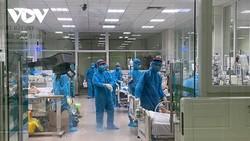 Các y, bác sĩ Khoa Hồi sức tích cực, BV Bệnh Nhiệt đới T.Ư giành giật sự sống cho những bệnh nhân COVID-19 nặng.