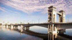 Kiến trúc cầu Trần Hưng Đạo theo phương án phong cách cổ điển xứ Đông Dương được thuyết trình.
