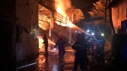 Gần 100 cán bộ chiến sĩ xuyên đêm chữa cháy nhà xưởng