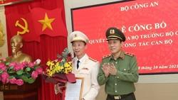 Thứ trưởng Lương Tam Quang trao quyết định điều động Đại tá Vũ Hoài Bắc giữ chức Cục trưởng Cục An ninh điều tra, Bộ Công an. Ảnh: CAND